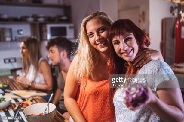 portrait de sourire des amis dans la cuisine - plan moyen angle de prise de vue photos et images de collection