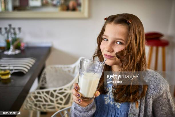 portrait of smiling girl drinking glass of milk - linda oliver fotografías e imágenes de stock