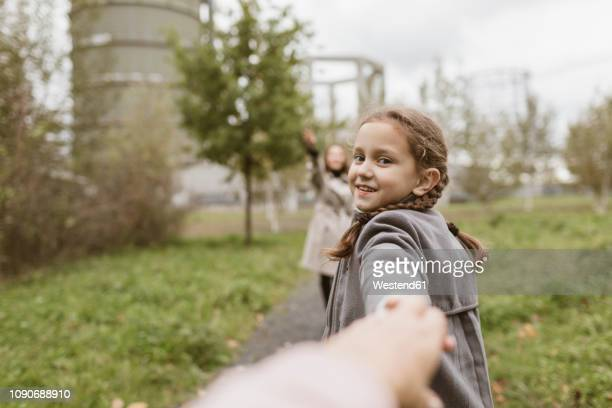 portrait of smiling girl holding hands outdoors - ponto de vista - fotografias e filmes do acervo