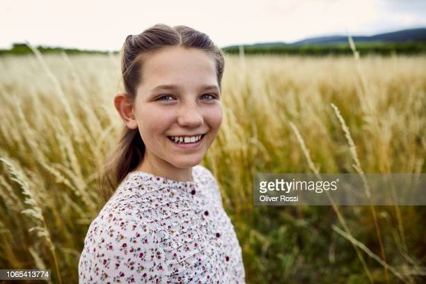 portrait of smiling girl in rural landscape - linda oliver fotografías e imágenes de stock