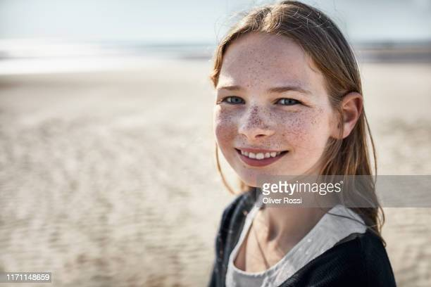 portrait of smiling girl on the beach - 10 11 jaar stockfoto's en -beelden