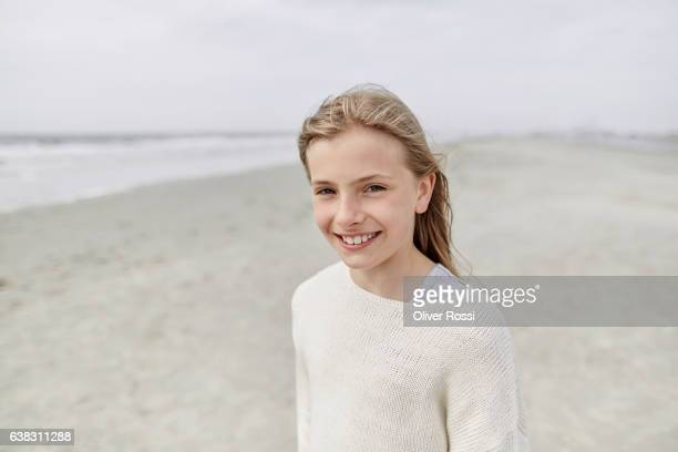 portrait of smiling girl on the beach - linda oliver fotografías e imágenes de stock
