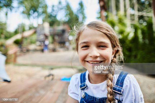 portrait of smiling girl outdoors - linda oliver fotografías e imágenes de stock