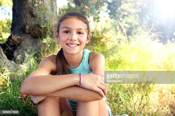 portrait of smiling girl outdoors - kind vor der pubertät stock-fotos und bilder