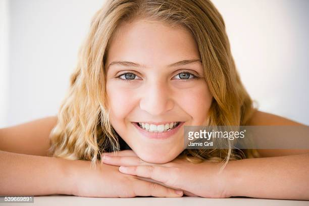 portrait of smiling girl (12-13) - 12 13 jaar stockfoto's en -beelden