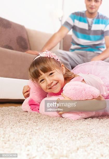 Porträt von Lächeln Mädchen entspannend auf dem Teppich im Wohnzimmer
