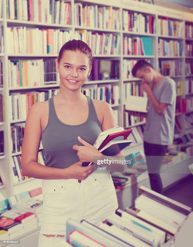 Portrait of smiling girl teenager holding new books : Foto de stock