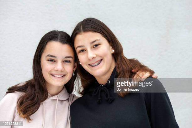 portrait of smiling girls - bovenlichaam stockfoto's en -beelden