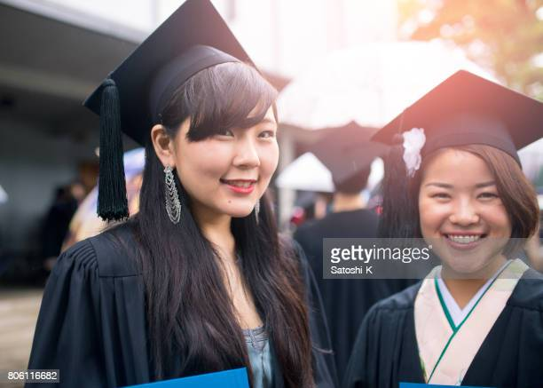 卒業生の笑顔のポートレート