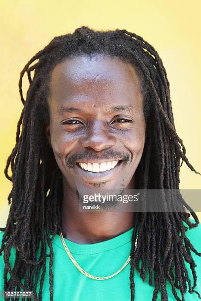 Retrato de hombre sonriendo jamaiquino