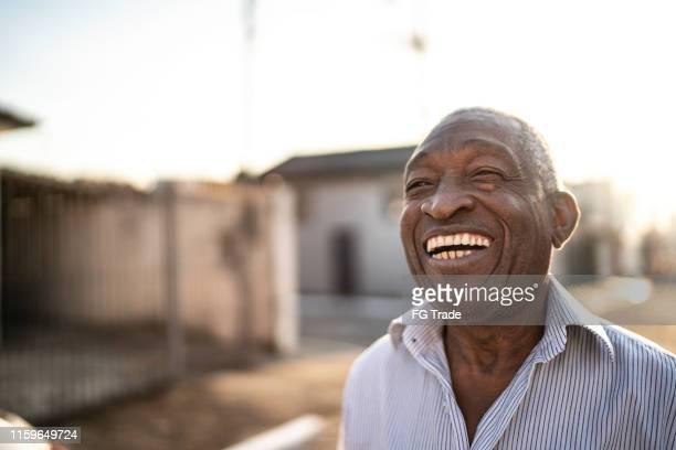 retrato do homem sênior latin de sorriso que olha afastado - homens idosos - fotografias e filmes do acervo