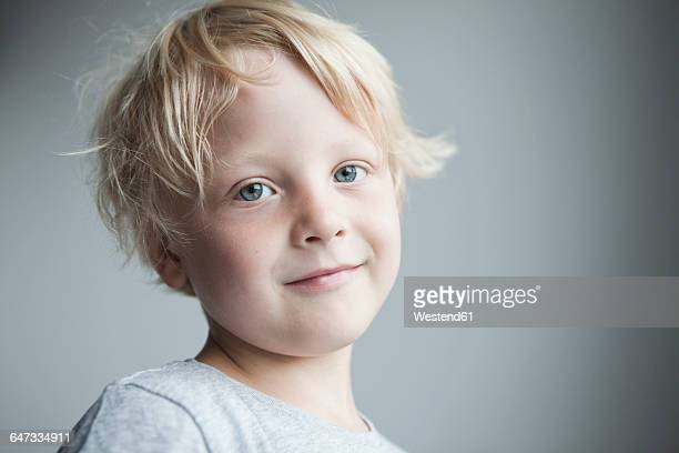 portrait of smiling little blond boy - 4 5 anni foto e immagini stock