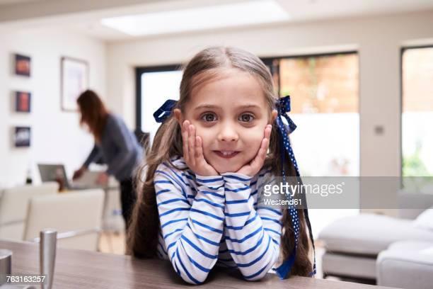 portrait of smiling little girl at home - 4 5 ans photos et images de collection