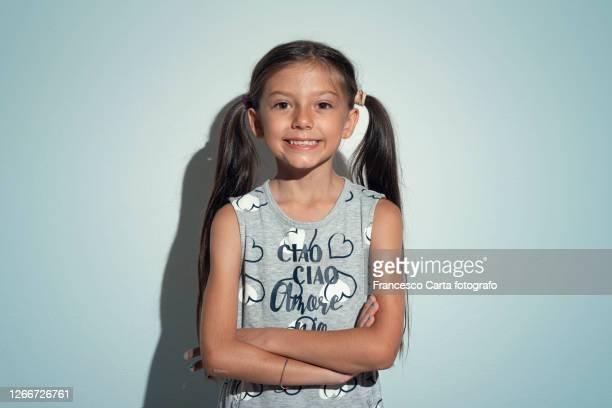 portrait of smiling little girl - solo una bambina femmina foto e immagini stock