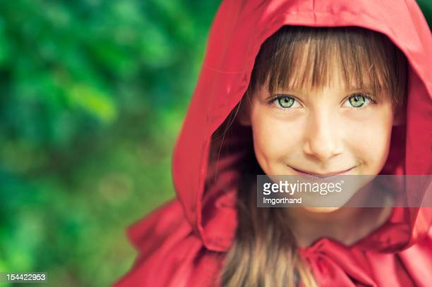portrait of smiling little red riding hood - groene ogen stockfoto's en -beelden