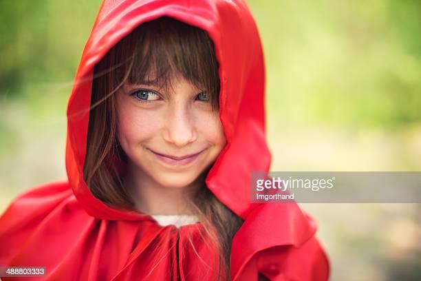 Retrato de la sonriente caperucita roja