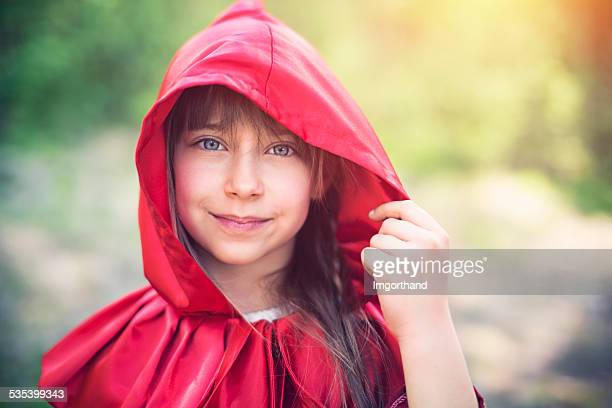 portrait de souriant le petit chaperon rouge - le petit chaperon rouge photos et images de collection