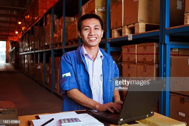 Porträt von Warehouse Geschäftsmann mit Laptop