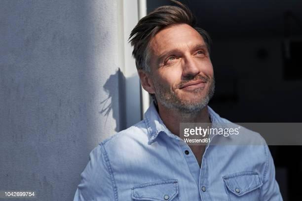 portrait of smiling man at evening twilight - schlagschatten stock-fotos und bilder