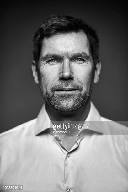 portrait of smiling man, black and white - zwart wit stockfoto's en -beelden