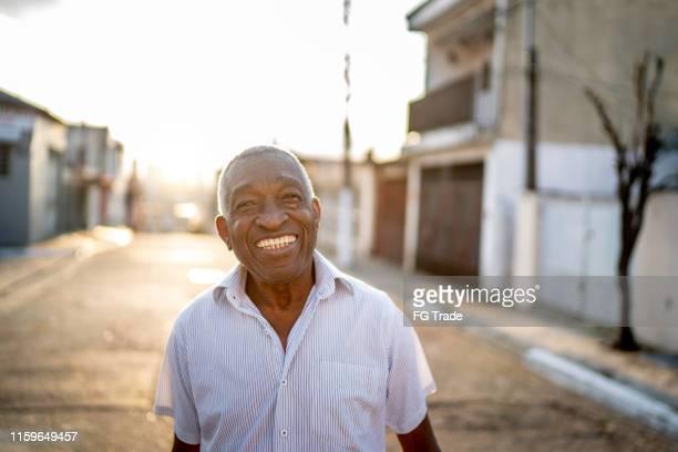 retrato do homem de sorriso que olha a câmera na rua - simplicidade - fotografias e filmes do acervo