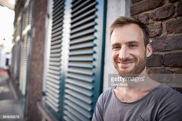 portrait of smiling man outdoors - 35 39 jahre stock-fotos und bilder