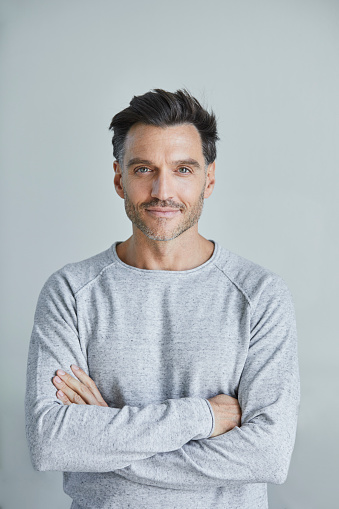 Portrait of smiling man with stubble wearing grey sweatshirt - gettyimageskorea