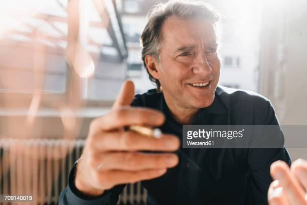 portrait of smiling mature businessman - variable schärfentiefe stock-fotos und bilder