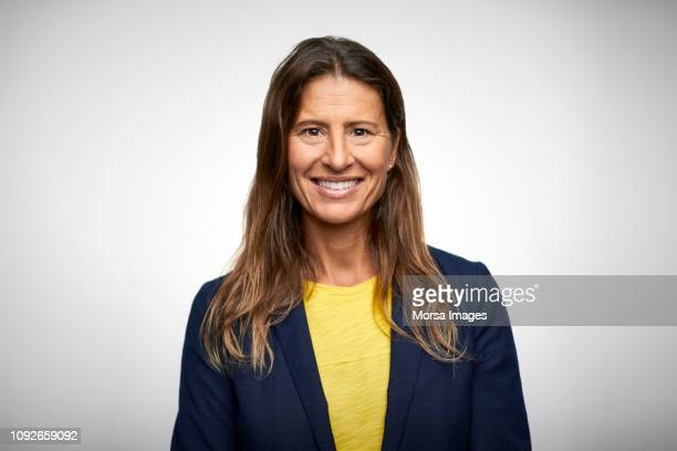 portrait of smiling mature businesswoman - portret stockfoto's en -beelden