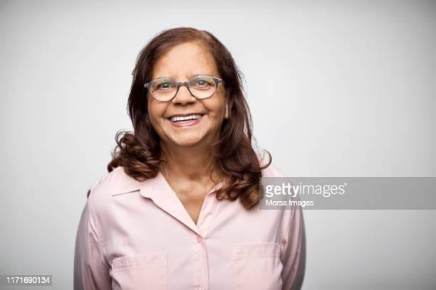 portrait of smiling mature businesswoman - formeel portret stockfoto's en -beelden