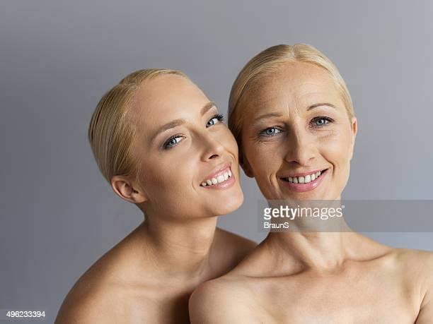 Retrato de Madura sorridente jovem mãe e sua filha.