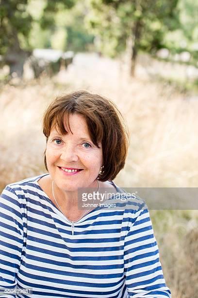 portrait of smiling mature woman - 65 69 jaar stockfoto's en -beelden