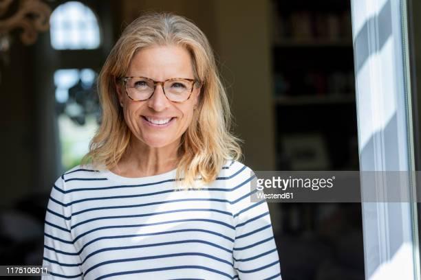 portrait of smiling mature woman wearing glasses - 45 49 jahre stock-fotos und bilder