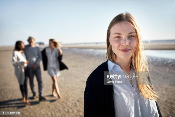 portrait of smiling mature young woman on the beach - 20 24 jahre stock-fotos und bilder