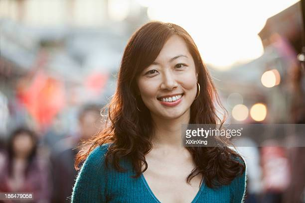 portrait of smiling mid adult woman in houhai, beijing - personne secondaire photos et images de collection
