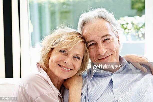 portrait of smiling middle-aged couple looking at camera - 60 64 jaar stockfoto's en -beelden