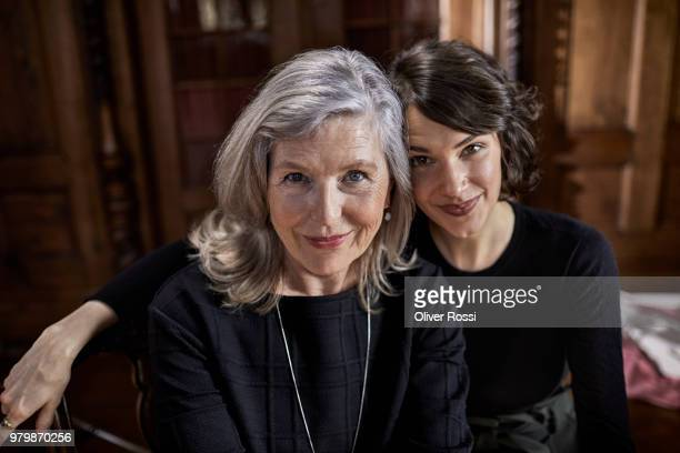 portrait of smiling mother and adult daughter - só adultos imagens e fotografias de stock