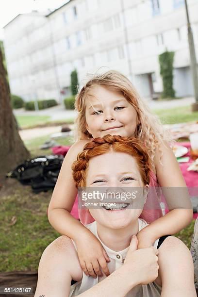 portrait of smiling mother with daughter - västra götalands län stockfoto's en -beelden