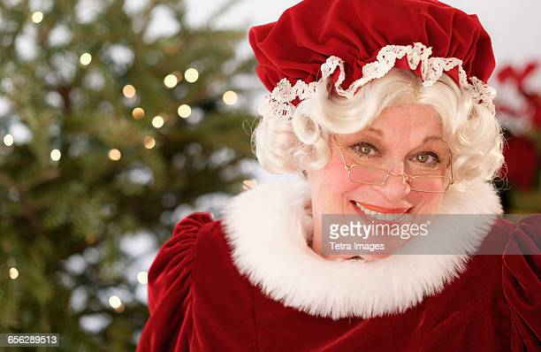 portrait of smiling mrs. claus - weihnachtsfrau stock-fotos und bilder