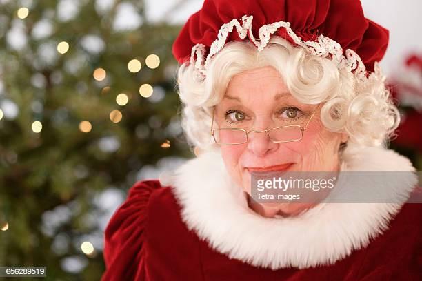 portrait of smiling mrs. claus - mamma natale foto e immagini stock