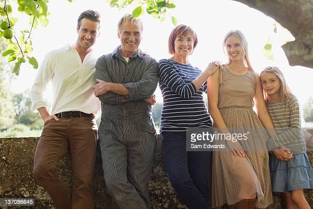 Porträt von Lächeln multi-generation-Familie im park
