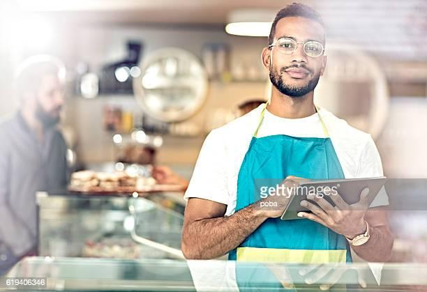 portrait of smiling owner standing in her coffee shop - pequeno - fotografias e filmes do acervo
