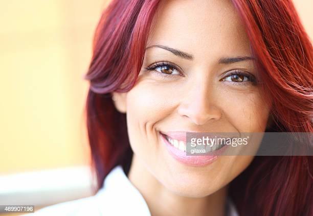 retrato de mulher sorrindo vermelho pêlo. - cabelo pintado de vermelho - fotografias e filmes do acervo