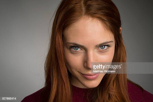 portrait of smiling redhead woman staring at camera - green eyes stock pictures, royalty-free photos & images