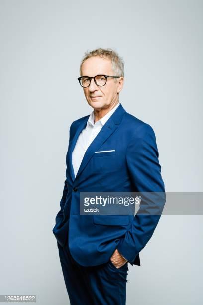 笑顔のシニアビジネスマンの肖像 - 白いシャツ ストックフォトと画像