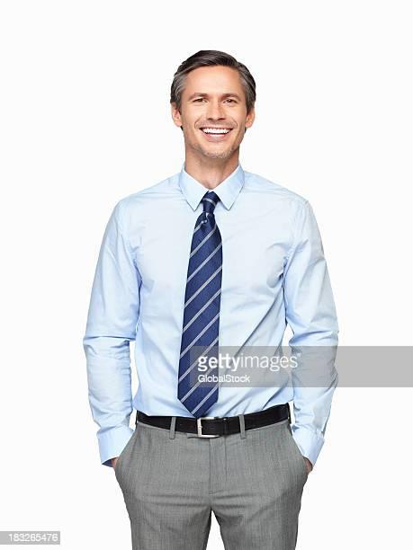 Senior executive lächelnd vor weißem Hintergrund.