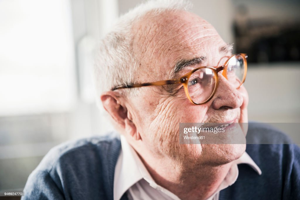 Portrait of smiling senior man looking sideways : Stock-Foto