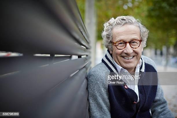 portrait of smiling senior man outdoors - só um homem idoso - fotografias e filmes do acervo