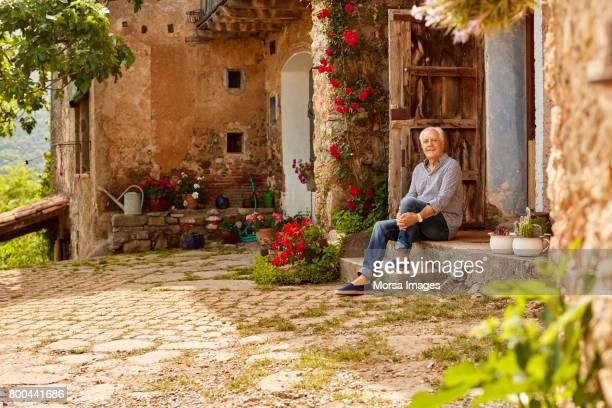 ポーチに座っている笑顔の年配の男性の肖像画