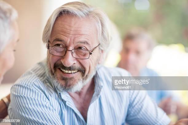 portrait of smiling senior man wearing glasses - 60 64 años fotografías e imágenes de stock